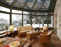 véranda en aluminium conçue par Vérancial, sous la neige, vue de l'intérieur